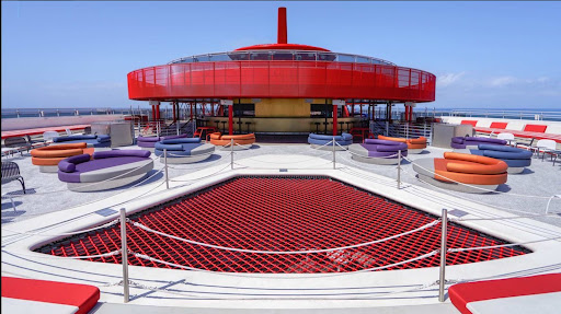Scarlet-Lady-top-deck.jpg - Guests can relax on a lounger or sidle up to the bar on the top deck of Scarlet Lady.