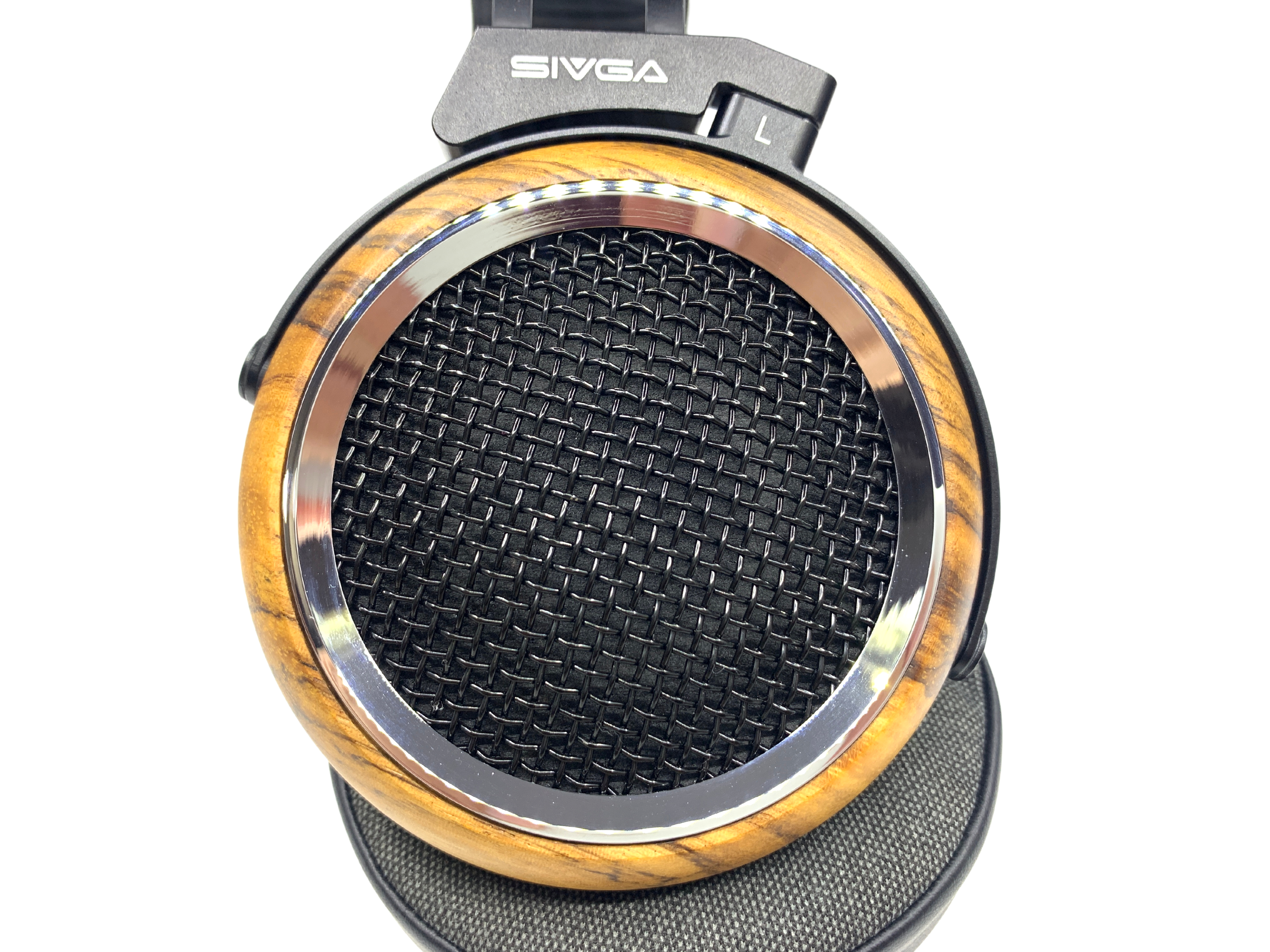 The grille is made of stainless steel with a layer of black lacquer coating while the zebra wood ear cups are well-processed by a CNC machine.
