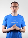 파란색 Google Cloud 티셔츠를 입고 카메라를 응시하는 남성