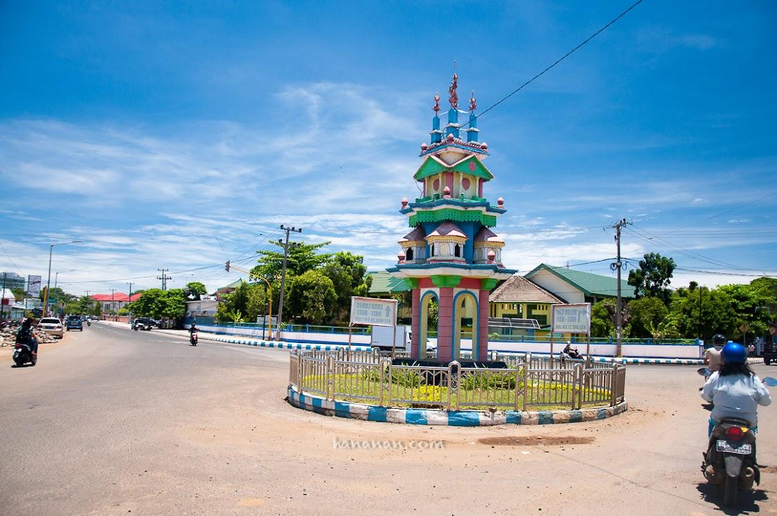 Tugu Tabot ini adalah salah satu ciri khas yang dapat kita jumpai di bundaran-bundaran di kota Bengkulu.
