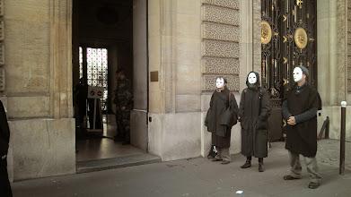 Photo: Le militaire de garde nous laisse faire notre haie d'honneur...