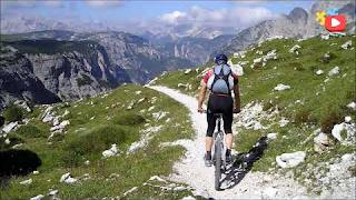 Montando en bicicleta en la montaña - photo card