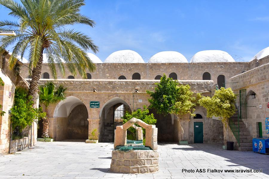Наби Муса, двор приюта с колодцем. Экскурсия в Израиле.