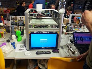 Photo: Una de las innovaciones, una impresora alimentada por trocitos de PLA en vez de filamento