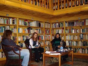Photo: Simon Adri költőnő olvas fel Válogatott versusok c. kötetéből.