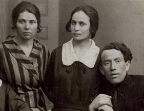 C:\Users\ALIZA\Desktop\שרגא נצר\תמונות\שרגא ודבורה\1925 שרגא ודבורה בשמלת פסים, רוסיה.jpg