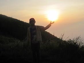 Photo: Zidan meraih matahari di puncak gunung Penanggungan. Sebuah perjalanan pendakian ke gunung Penanggungan, 22-23 Desember 2012.