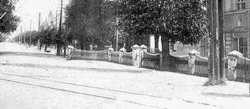 Photo: Iki 1941 m. Dešinėje  matomas  buvęs   Kybartų  komendantūros  pastatas.  Jis  baigiasi  ties  trigubu  stulpu.   Sekantis  namas  tebestovi   ir dabar (J. Basanavičiaus 22).   Tolyn  eina   Kybartų  J. Basanavičiaus  gatvė,