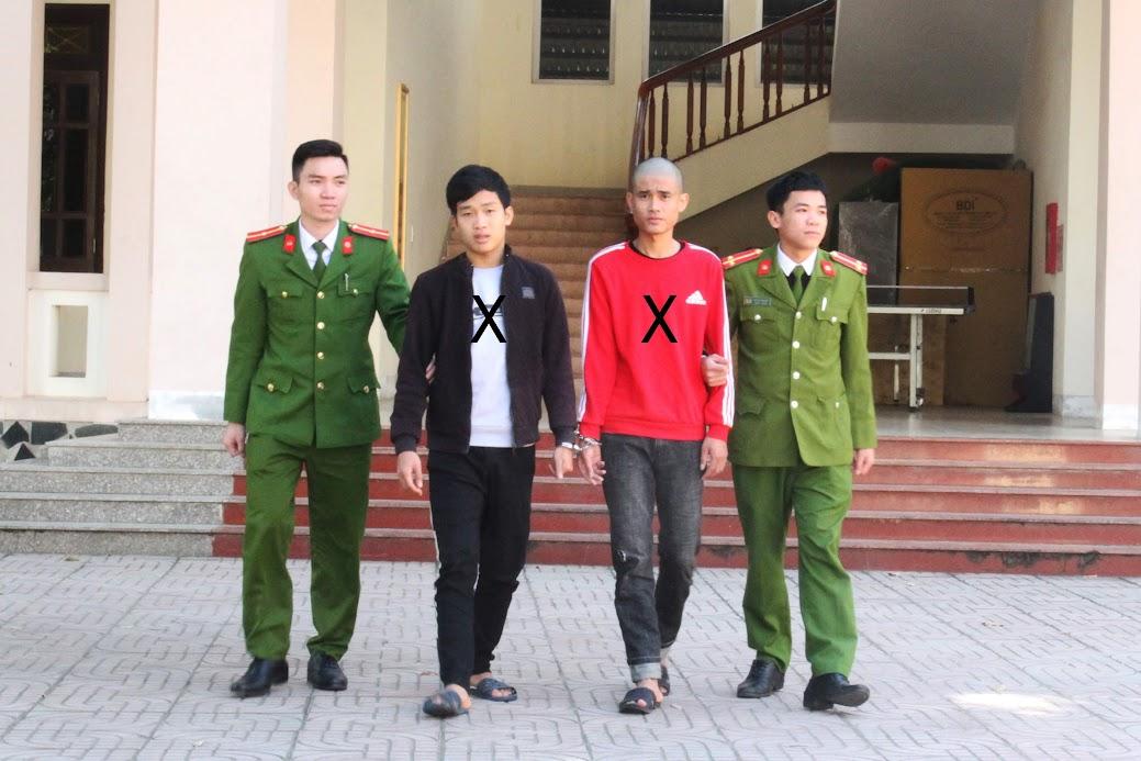 Cán bộ Công an huyện Con Cuông đưa 2 đối tượng (X) trong vụ án cướp giật về trụ sở Cơ quan CSĐT để đấu tranh, mở rộng