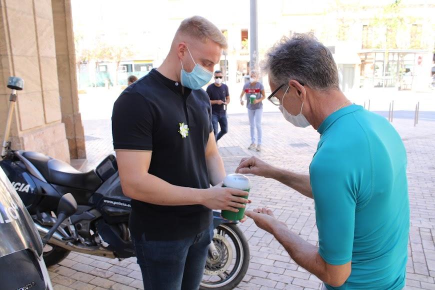 Recogiendo donativos en la mesa petitoria de la Policía Nacional.