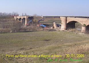 Photo: Rimozione delle macerie del  vecchio ponte crollato. Sullo sfondo il nuovo ponte costruito recentemente