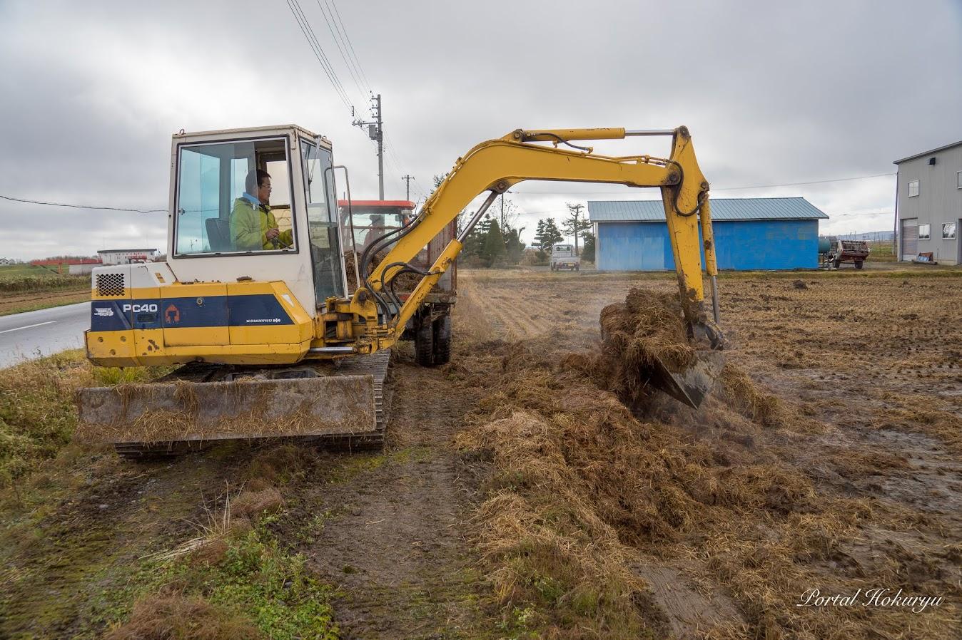 圃場毎の稲ワラを堆積場に運ぶ作業