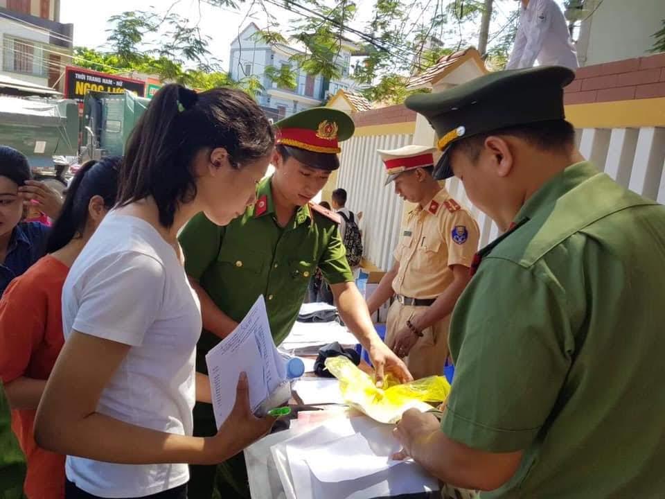 Công an huyện Quỳ Hợp cũng phát hàng trăm chai nước khoáng hoàn toàn miễn phí cho thí sinh và phụ huynh dự thi trên địa bàn