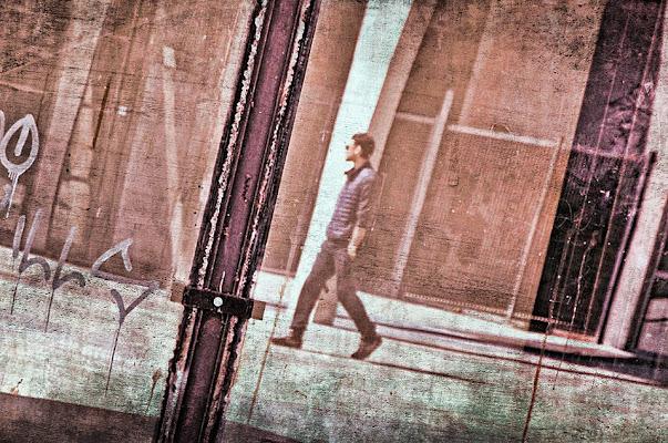 """""""La città consente di vedere senza essere visti e di essere visti senza vedere."""" di Steo"""
