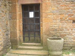 Photo: Wejście do kościoła zamknięte na trzy spusty. Pan kościelny w Inowłodzu na ul. św. Idziego.