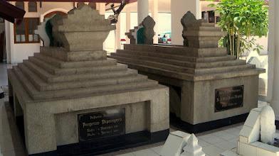 Photo: Makam Pangeran Diponegoro dan permaisurinya Raden Ayu Ratu Ratna Ningsih. Terletak di Jalan P.Diponegoro, Kelurahan Melayu, Kecamatan Wajo, Makassar. http://nurkasim49.blogspot.com/2011/12/iii.html