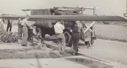 Photo: 1940-erne eller 50-erne. Bådebygger Carl Poulsen hjælper med læsning af otter til Nakskov Skibsværfs Roklub.