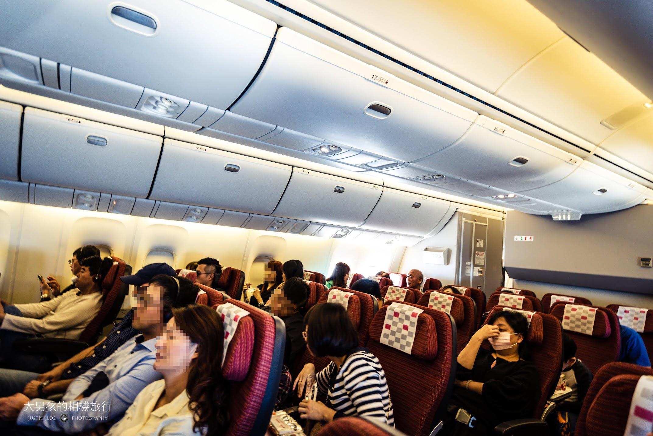 日航B767-300ER機內座位配置採2-3-2,算是相當舒適的配置。