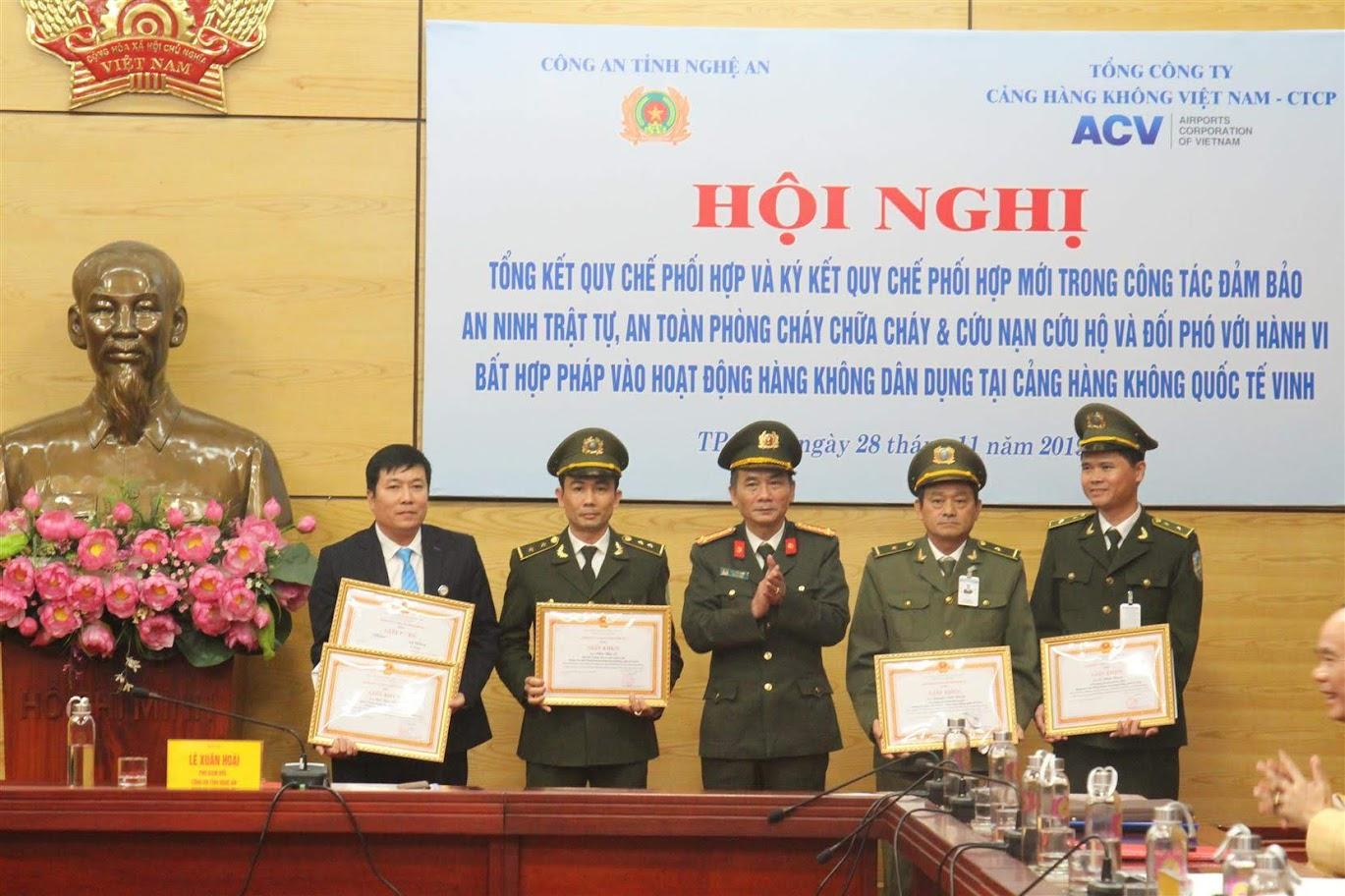 Đồng chí Đại tá Lê Xuân Hoài, Phó giám đốc Công an tỉnh trao giấy khen cho các tập thể, cá nhân có thành tích xuất sắc