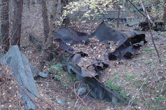 Photo: gesprengte Anlagen im Walde