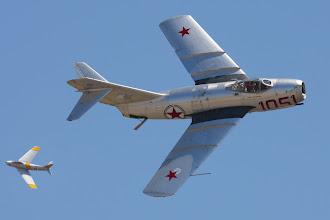 Photo: MiG-15, v pozadí Sabre