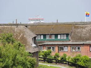 Photo: Schiff überragt Häuser