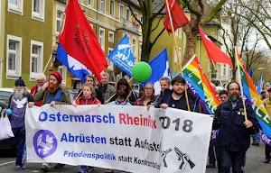 Ostermarschierer*innen mit Friedensfahnen und Transparent: «Ostermarsch RheinRuhr 2018. Abrüsten statt Aufrüsten. Friedenspolitik statt Konfrontation».