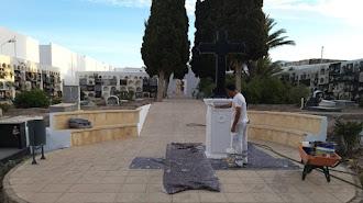 Trabajos de pintura en el cementerio municipal de Adra.