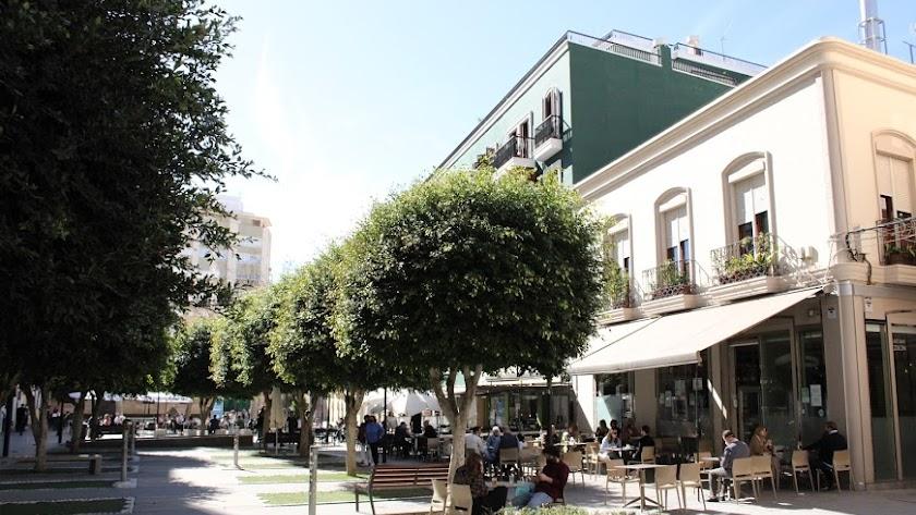 Ambiente en las terrazas de la plaza Marqués de Heredia de Almería.