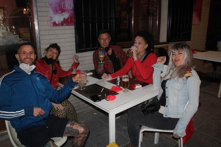Amigos en la croquetería La Mala, en calle Gabriel Callejón.
