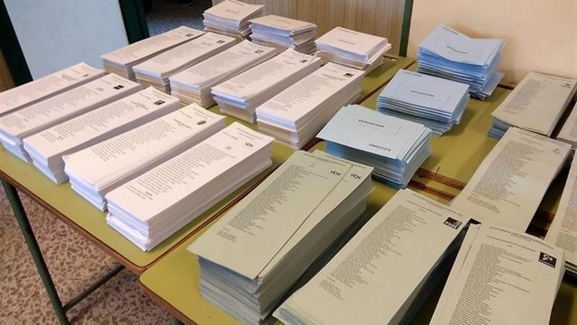 Papeletas en una mesa electoral en las pasadas municipales.