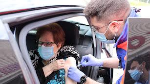 Una mujer es vacunada en la capital.
