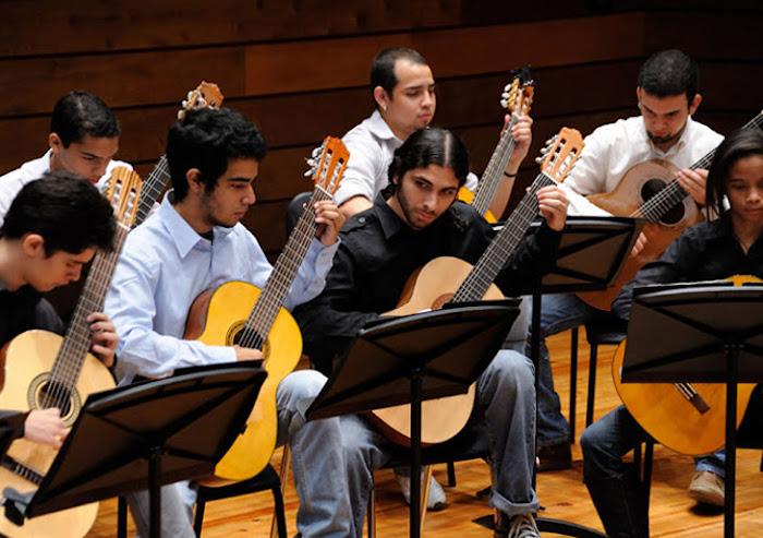 Orquesta de guitarras del conservatorio de m sica sim n for Conservatorio simon bolivar blog