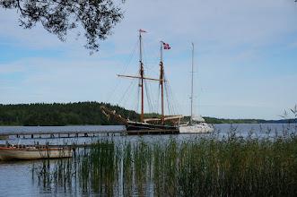 Photo: Vikingastaden Birka på Björkö. Adelsö socken, Ekerö kommun, Uppland. 20160830. Segelfartyg från Danmark. © Sven Olsson (e-post: kosmografiska@gmail.com)