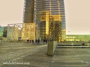 Photo: Les tours de verre de la BNF et son extraordinaire plancher de bois - e-guide balade à vélo de Bercy Village à Notre-Dame par veloiledefrance.com
