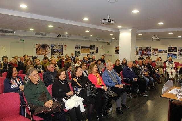 El salón de usos múltiples de Unicaja registró un lleno total para la presentación del libro.