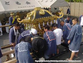 Photo: 【平成16年(2004) 本宮】 お仮屋より神輿を引き出し、担ぎ棒に組み付ける。