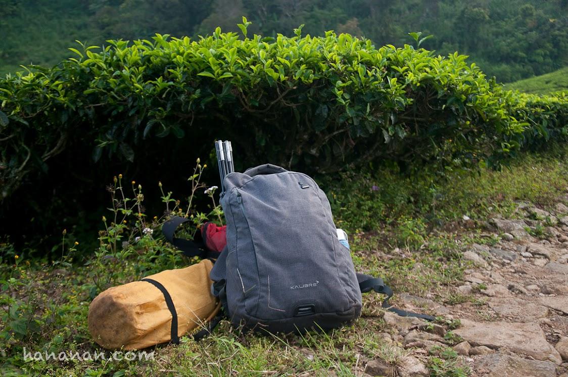 Perlengkapan berkemah seadanya. Satu backpack Kalibre itu muat satu tenda, kompor, cerek, gas kaleng, dan obat-obatan.