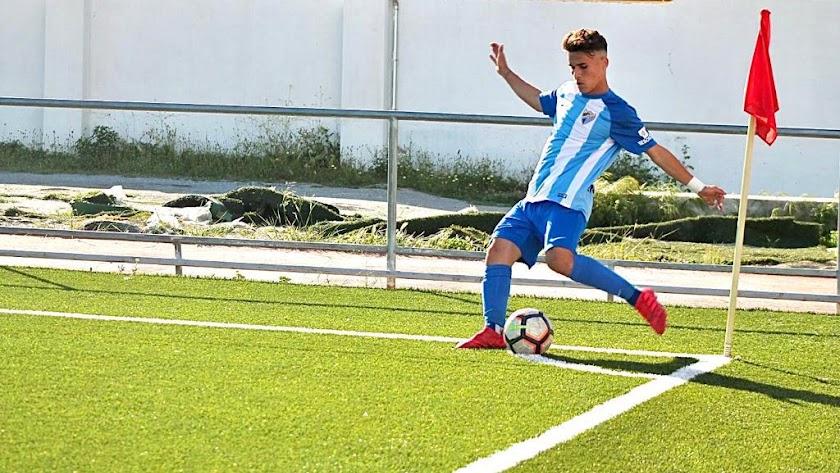 El extremo formado en el Almería lanzando un corner.