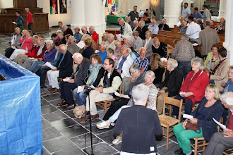 Photo: De stoelen worden omgedraaid voor de onthulling van het gerestaureerde doophek, met eerst een toespraak door de voorzitter van het college van ouderling-kerkrentmeesters.