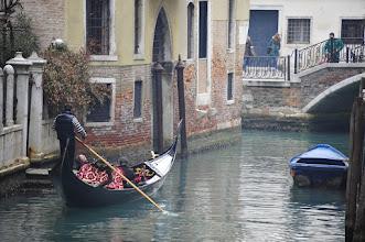 Photo: Venise et ses canaux. Ecartons-nous un instant du carnaval pour tourner notre regard vers une gondole qui passe, chargé de ses touristes. Etonnantes, ces gondoles en plastique...
