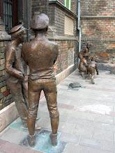 Photo: Az öt alakos kompozíció a regény einstand jelenetét ábrázolja, amint Nemecsek éppen gurítja az üveggolyót, körülötte Kolnay és Weisz, a Pál utcaiak közül