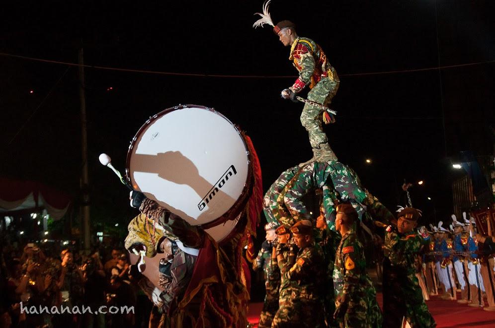 Salah satu aksi akrobatik Canka Lokananta yang mendebarkan.