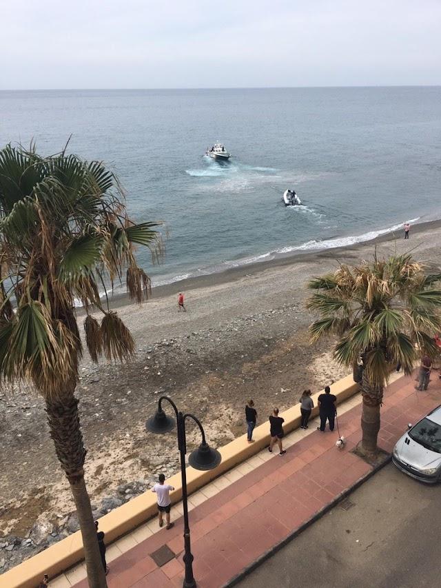 La lancha fue interceptada en la playa ante la mirada de quienes estaban allí.