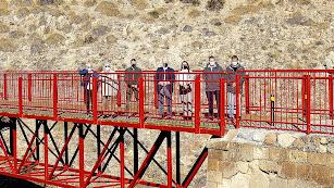 El alcalde de Lucainena y tenientes de alcalde con los invitados sobre el puente del Molinillo.