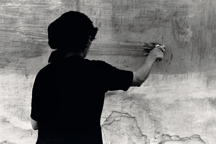 La mujer chanqueña es recurrente en la obra de Siquier. Aquí una vestida de luto pinta una pared en 1958.