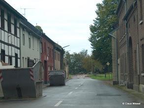 Photo: Teilweise verlassene Gebäude, 300 m weiter arbeitet der Bagger, und er kommt immer näher!