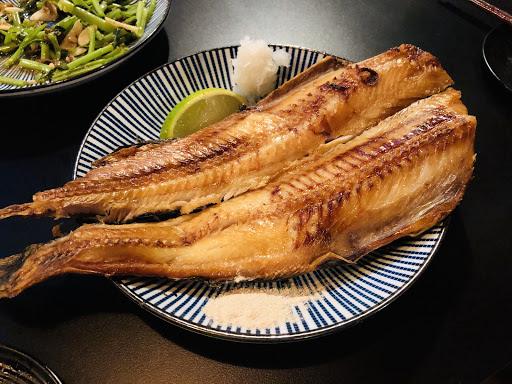 推薦花魚一夜干和酒蒸蛤蜊,屋台炒麵要配酒才不會膩,氣氛不錯,其他普普。