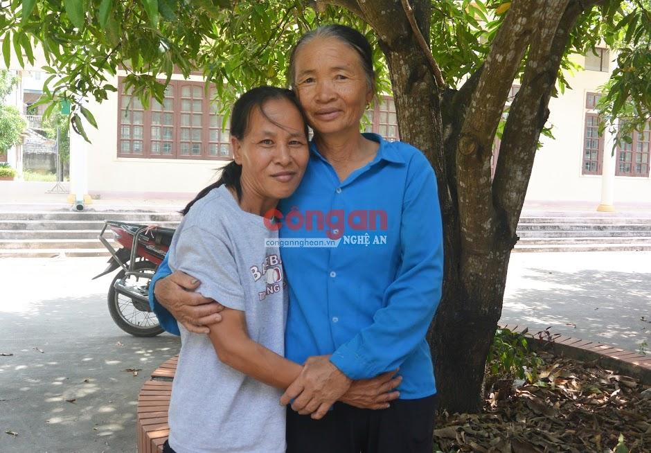 Giây phút đoàn tụ của chị Hiền và bà Hồ Thị Hòe (em dâu)