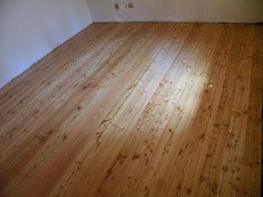 Photo: Detail modřínové podlahy. jinak podlahy byly velký proces, 2 týdny jsem je pokládal s hromadou pomocníků, 1 týden míša flikovala vypadané suky apod. pak 2 dny firma brousila asi 4 profi bruskama a pak 2 nátěry tvrdým voskovým olejem, výsledek je skvělý a celkově jsme se se vším všudy vlezli cca do 500kč/m2